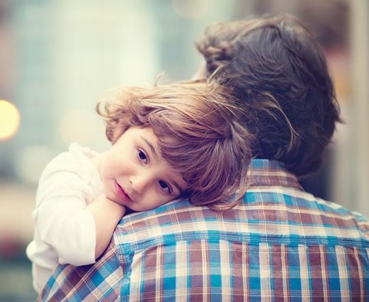 babai mban fëmijën në krah