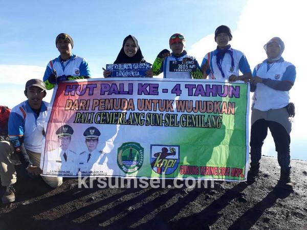 Jelang Hari Jadi Kabupaten PALI, Enam Pemuda Kibarkan Bendera di Puncak Sumatera