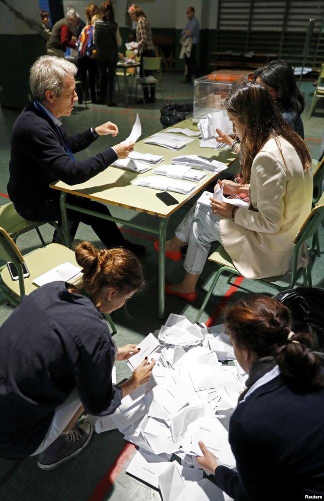 Miembros de una comisión electoral cuentan votos de las elecciones generales en Madrid / REUTERS