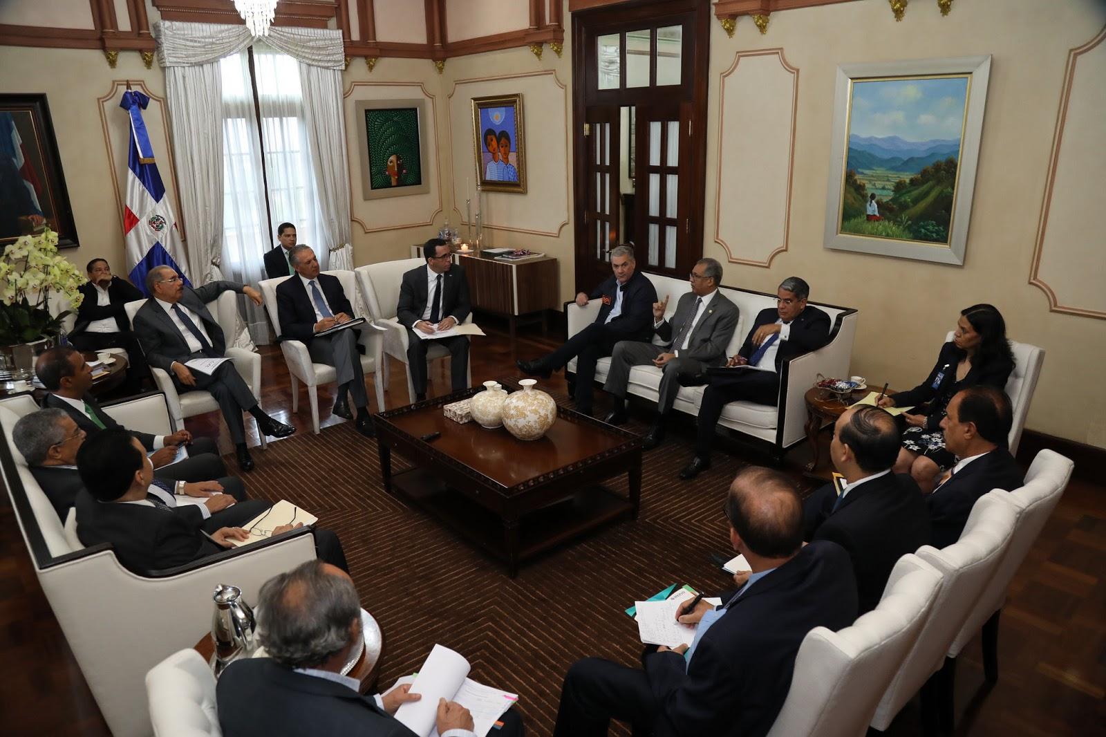 Danilo Medina pasa revista a proceso construcción escuelas