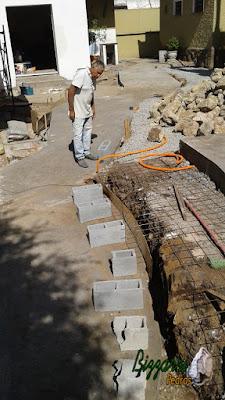 Bizzarri em uma sexta-feira de manhã marcando para iniciar as muretas de pedra com pedra moledo com as escadas de pedra, os pisos de pedra em construção com pedras em São Paulo-SP. 23 de setembro de 2016.