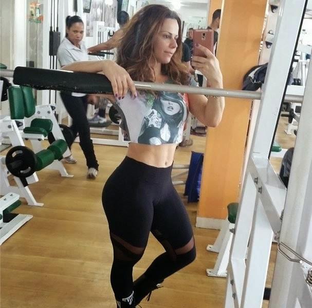 Viviane araujo selfie en gimnacio