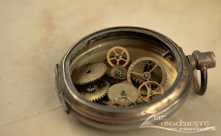 Gedanken zum Thema Steampunk und Zahnräder | leeres Uhrengehäuse und lose Zahnräder | www.zeitunschaerfe.de