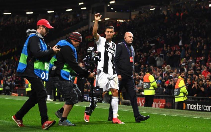 Manchester United-Juventus: il lungo applauso dell'Old Trafford a Cristiano Ronaldo.