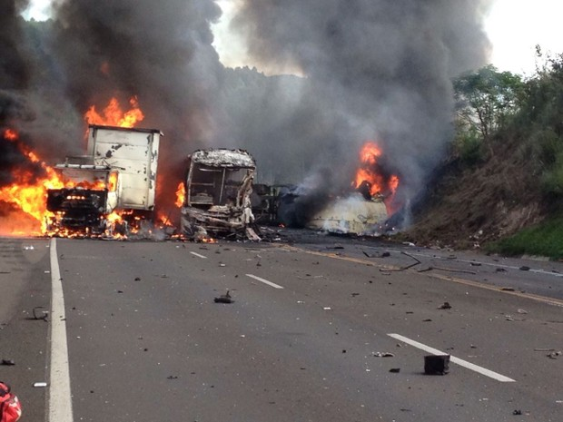 BR-376, em Mauá da Serra, é liberada após acidente entre quatro veículos
