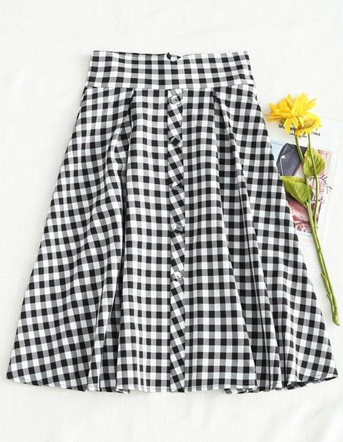 Saia midi plissada super fofa com estampa quadriculada em tons de preto e branco. Fica linda na primavera com uma blusinha leve e discreta!