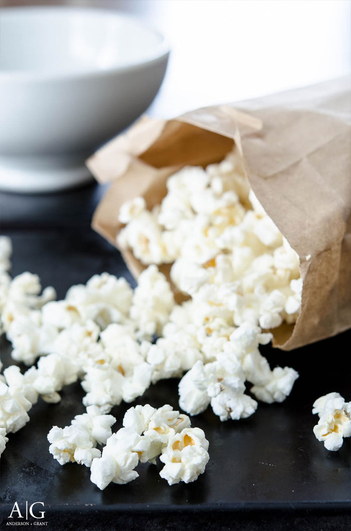 Learn how to make microwave popcorn using popcorn kernels and a brown paper lunch bag. #recipes #snacks #homemade #natural