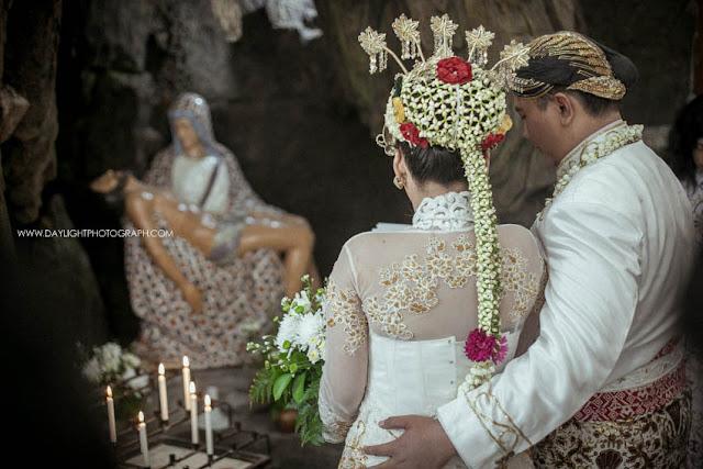 foto pasangan depi dan pandu sedang berdoa di depan patung Bunda Maria di Gereja Katholik Gamping Yogyakarta