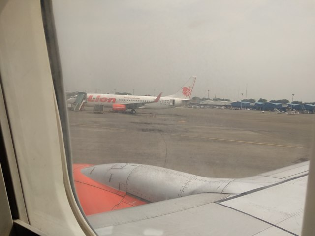 Suasana Bandara saat Pesawat Terbang Parkir menunggu Boarding