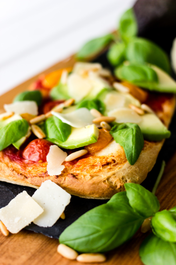 Pizza geht immer und überall! Deshalb verrate ich euch mein liebstes Sommer-Pizza Rezept: Pizza mit Avocado, Tomaten, Basilikum, Pinienkernen und Parmesan. Lecker!