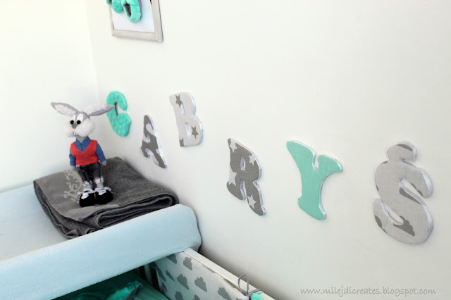 Pokój dla dziecka z sypialnią rodziców. Biały, szary i mięta. Jak urządzić pokoik dla dziecka. Malutki pokoik dla dziecka. Oklejanie mebli okleiną. DIY Bedroom, Literki nad łóżeczko, pościel do łóżeczka minky