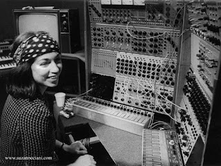 Suzanne Ciani et le Buchla en 1975 / photo : Lloyd Williams / source : sevwave.com