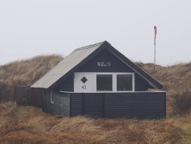 Wunderbarer Nebel am Strand von Houvig. Das kleine Ferienhaus in den Dünen von Houvig wirkte leer und verlassen.