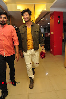 Vidyut Jamwal Adah Sharma Commando 2 Movie Team at Radio Mirchi 95  0020.jpg