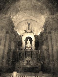 Santa no Interior do Pantéon  de los Héroes, em Asuncion