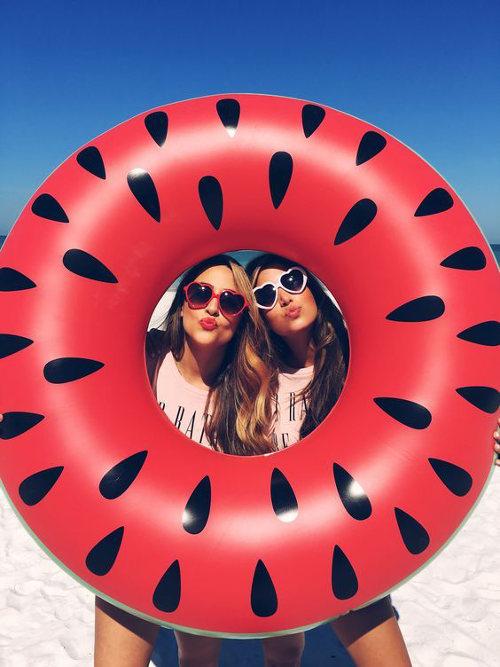 ideas de fotos para subir y arrasar en instagram este verano donut colchoneta