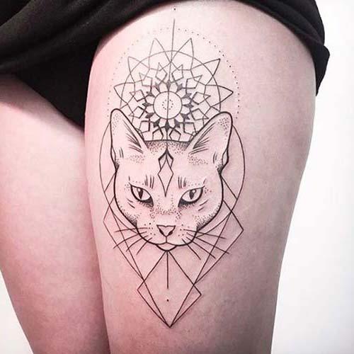 kadın üst bacak geometrik kedi dövmesi woman thigh geometric cat tattoo