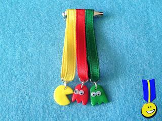 Medalla en fimo con come coco y fantasma rojo y verde