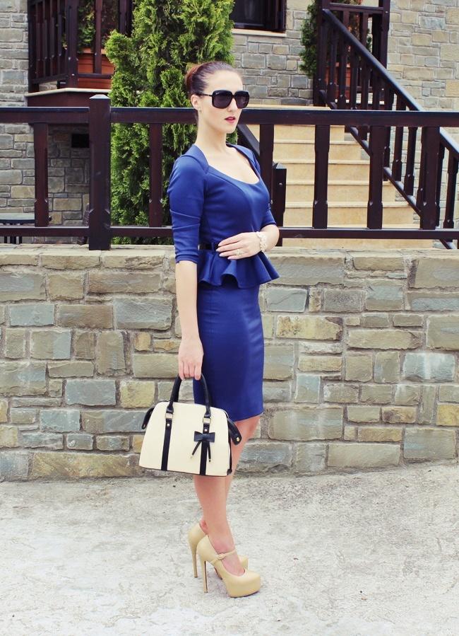 plava haljina uz telo sa volanima oko struka