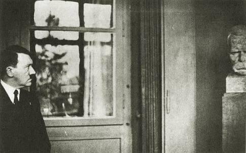 Hitler Nietzsche Büstünü İnceliyor