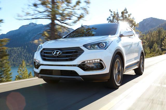 Front 3/4 view of 2017 Hyundai Santa Fe Sport