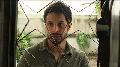Marcos (Romulo Estrela) vai até a casa de Elias (Marcelo Faria)