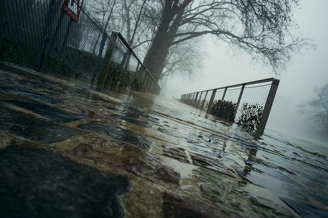 photo de la petite passerelle sortie du parc japiot sous les eaux de la meuse en crue