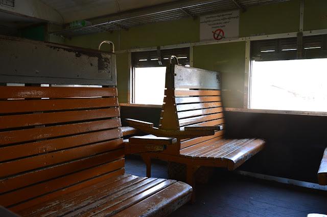 La seconde classe dans le train au Myanmar