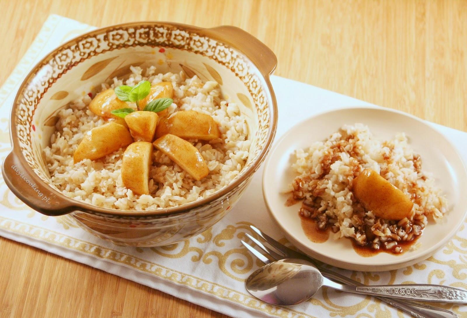 Jabłka w sosie korzennym z brązowym ryżem