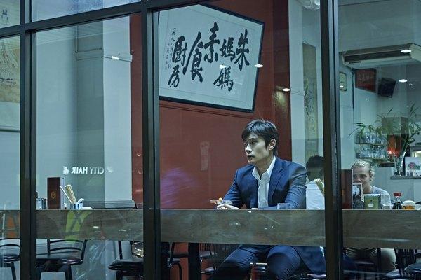 """""""A Single Rider"""", film Korea terbaru yang akan dirilis bulan Februari mendatang, mengeluarkan foto Lee Byung-Hun sebagai bentuk promosi."""