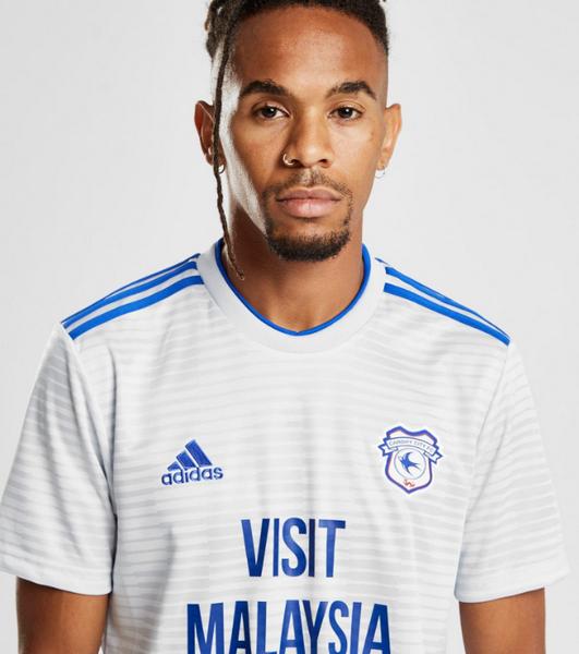 La franja gris y plateada clara con rayas azules se usará durante la temporada  2018-19 de la Premier League. La nueva camisetas del Cardiff City ... 5016dc9d597c7