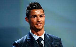 "Biografi   Anda kenal siapa Cristiano Ronaldo ? 100 % saya yakin jika Anda penggemar bola pasti akan menjawab ""Ya"". Bahkan Anda akan menertawakan pertanyaan saya tersebut. Bagaimana tidak, jangankan penggemar bola, di luar penggemar bolapun CR7 (julukan populer Cristiano Ronaldo) merupakan ikon yang sudah sangat dikenal. Anak SD sampai kakek-kakek di daerah terpencil pun mengenal siapa Cristiano Ronaldo.  Tetapi saya juga yakin hampir rata-rata yang mengaku kenal atau tahu tentang Cristiano Ronaldo hanya mengenal sebatas nama, julukan dan klub yang dia bela. Paling banter sebagai tambahan ada juga yang mengenal wanita-wanita cantik yang tergabung dalam barisan mantan Cristiano Ronaldo.  Kali ini akan mengangkat profil Biografi / Biodata Cristiano Ronaldo Lengkap 2015. Mari kita intip lebih dalam sosok yang bernama Cristiano Ronaldo. Cristiano Ronaldo dilahirkan dari pasangan miskin Jose Dinis Aveiro (bekerja sebagai tukang kebun di taman kota) dan Maria Dolores dos Santos Aveiro (bekerja sebagai juru masak) pada tanggal 5 Februari 1985 di San Antonio, kota Madeira, Portugal. Dia anak bungsu dari 4 bersaudara. Kakak yang pertama seorang laki-laki bernama Hugo. Kakak kedua dan ketiga wanita bernama Elma dan Liliana Cantia. Nama kecil atau nama asli Cristiano Ronaldo sendiri adalah Cristiano dos Santo Aveiro. Lho kok tidak ada ""Ronaldo"" di namanya ? iya, karena nama Ronaldo adalah nama panggilan CR7 dari ayahnya. Ayahnya memanggil CR7 dengan sebutan Ronaldo karena sangat mengidolakan mantan presiden AS, Ronald Reagen. Dalam ejaan portugal, nama Ronald dieja dengan sebutan Ronaldo. Akhirnya CR7 akrab dengan nama Cristiano Ronaldo sampai saat ini."