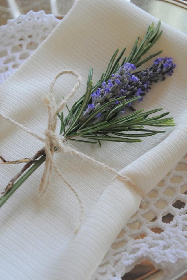 Mesa-decorada-com-ervas-aromáticas-e-flores