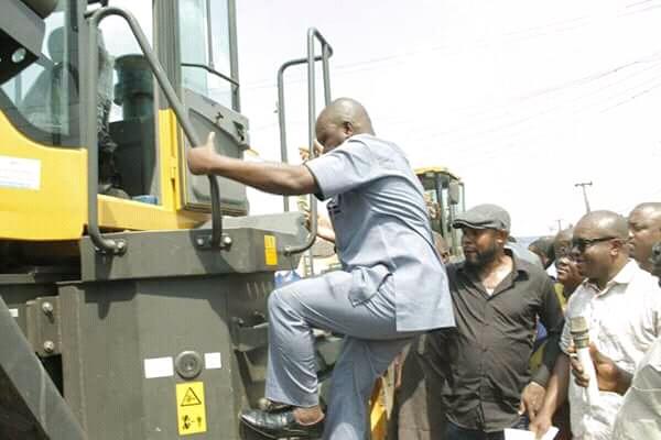 Residents of Obohia road Aba welcome @GovernorIkpeazu caterpillars