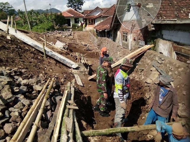 Cegah Bencana Banjir, Babinsa Bersama Warga  Buat Saluran Air