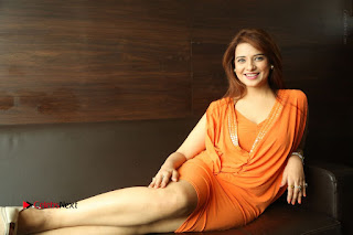 Actress Saloni Aswani Pos in Short Dress at Meelo Evaru Koteeswarudu Movie Interview  0325.JPG