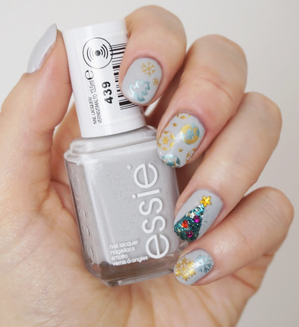 Weihnachtliches Nail Design mit Born Pretty, Essie - Go with the flowy, Christbaum, Nail Art, Stamping, Christmas, Grey, Glitter, Sterne, Schneeflocken, gold