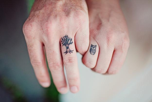 Vemos un tatuaje en pareja de árbol y búho