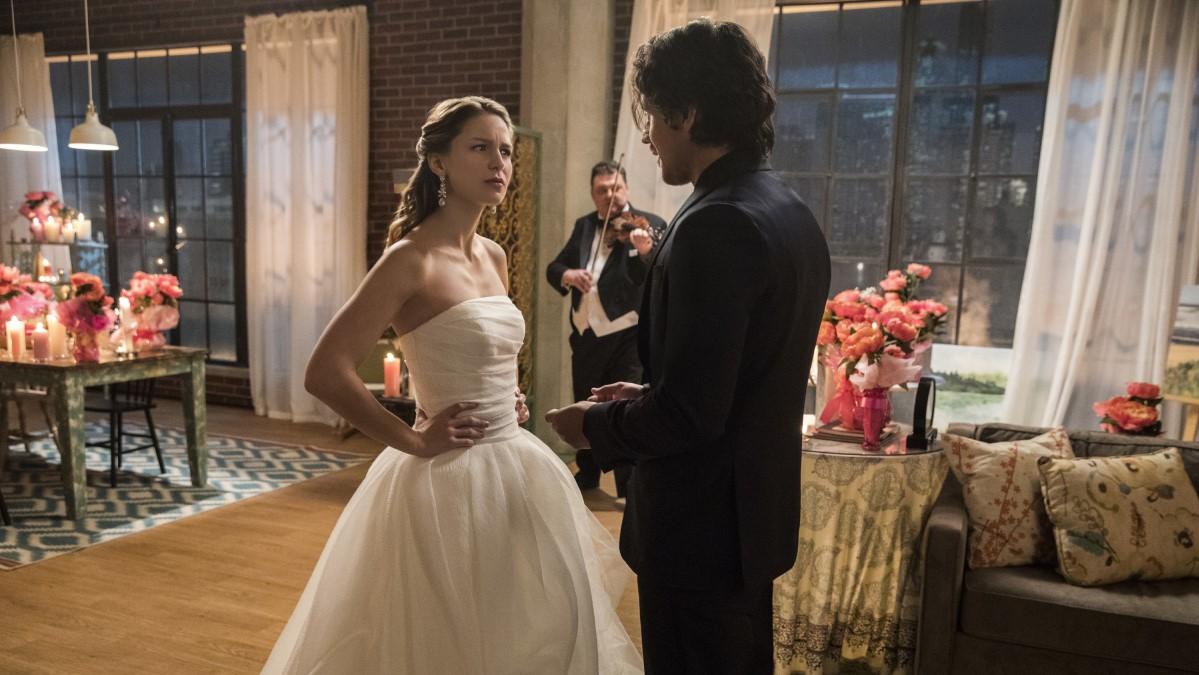 Kara Danvers vestida de novia por Mr. Mxyzptlk en Supergirl