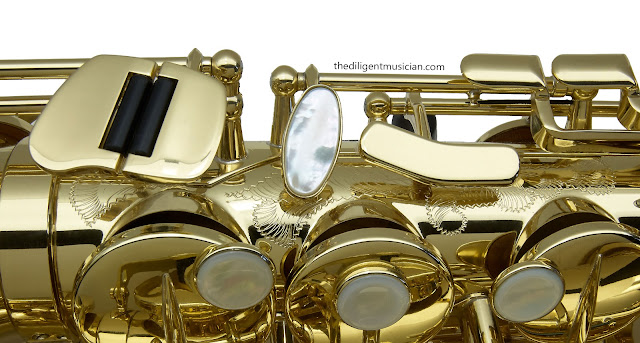 Alternative angle of the SeleS Axos Alto Saxophone body tube engraving detail