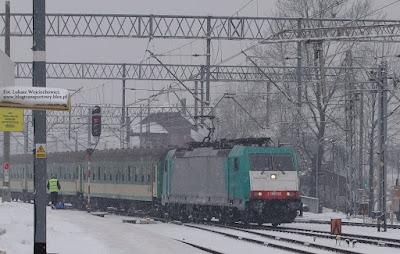 Bombardier TRAXX F140 MS nr E186 132-7 z wagonami PKP Intercity jako pociąg Kolei Śląskich