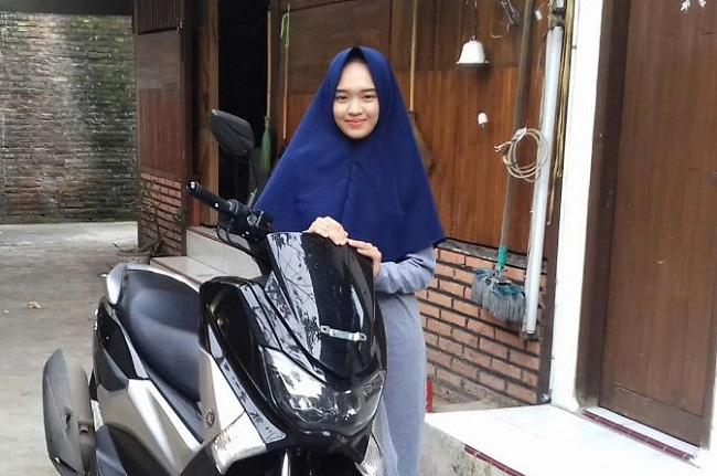 Tahun 2020 ini bekerja dari rumah sudah menjadi style kerja banyak orang. Santriwati Ini Berhasil Beli Mobil Dari Usaha Hijab Online Bersama Islam