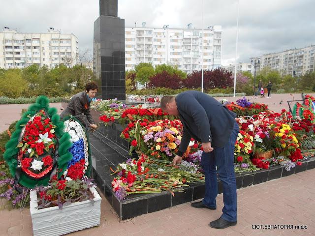 """приняли участие в акции """"Бессмертный полк"""", а также возложили цветы к памятнику евпаторийскому десанту (6-ой км. евпаторийского шоссе) и к памятникам, расположенным на территории мемориального комплекса """"Красная горка"""""""