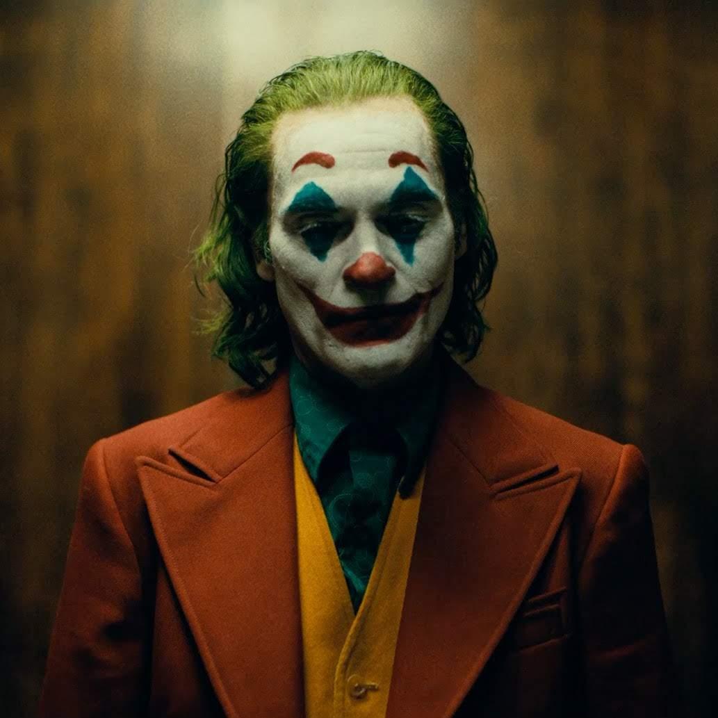 Joker : ホアキン・フェニックス主演のアンチ・ヒーロー映画「ジョーカー」が、虐げられた人生を生きる笑えないコメディアンが、狂気の悪役ピエロへと変貌する過程を紹介した予告編を初公開 ! !
