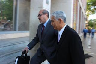 """Roberto Mario León llegó acompañado de su letrado y se limitó a decir que """"está a disposición de la Justicia""""."""