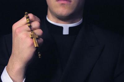 Sacerdote violó a una madre y al hijo de esta