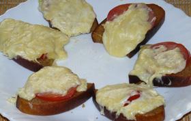Kepta duona su pomidorais ir sūriu