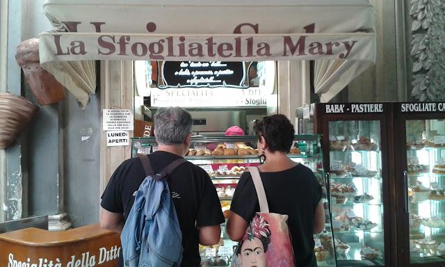 Due persone comprano dolci