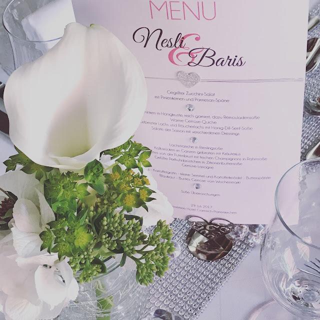 Calla Tischblumen Tischdekoration mit Silberleuchtern und Glitzer, 4 Hochzeiten und eine Traumreise 2.0 im Riessersee Hotel Garmisch-Partenkirchen, Traumlocation am See in den Bergen, 2017