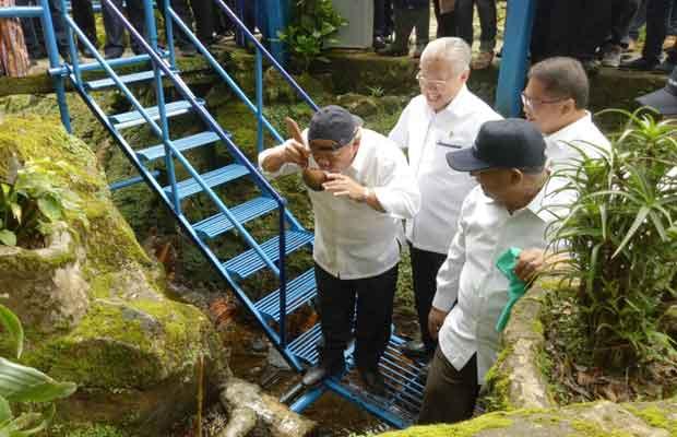 empat menteri minum air brantas